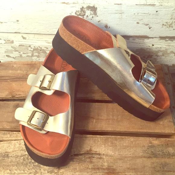 8d456f994ce Metallic Gold Indigo Platform Sandals. M 5a4a8f8950687c1014051623